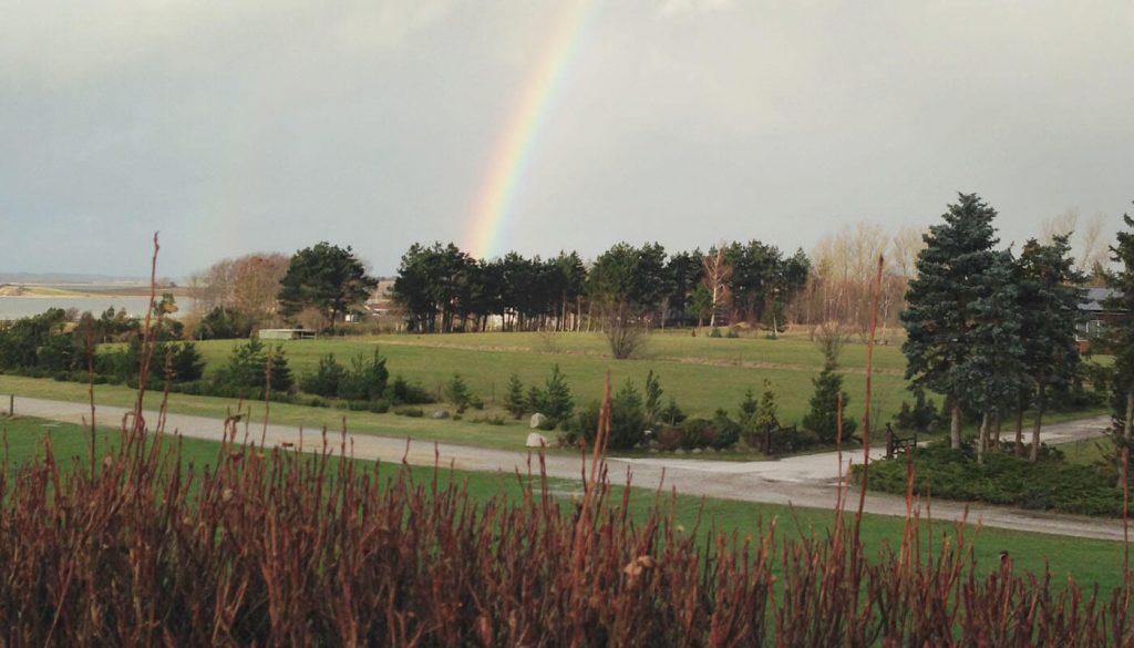 Regnbue hos Englegaarden - lidt ligesom du havde en Forsikringsskade og skulle bo hos os.
